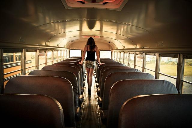 dívka v autobusu.jpg