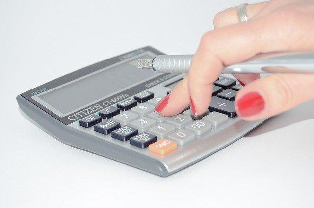 ruka na kalkulačce