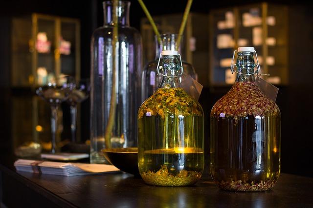 Sklenice s různými bylinami v oleji